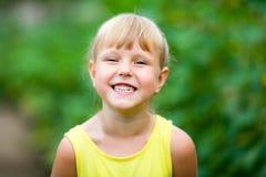 笑和显示她的牙的女孩 图库摄影