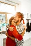 笑在一起打的逗人喜爱的爱恋的夫妇网球以后 库存照片