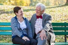 笑在公园的资深夫妇 库存图片