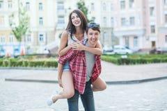 笑在城市的愉快的年轻夫妇 爱情小说系列 库存图片