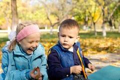 笑在室外秋天设置的女孩 免版税库存图片