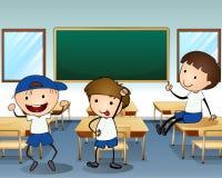笑在教室里面的三个男孩 免版税库存照片