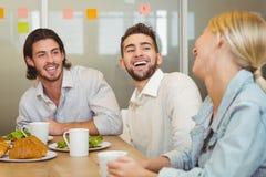 笑在早午餐期间的商人 免版税库存照片