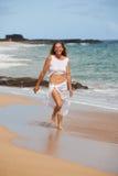 笑在海滩的健康妇女 免版税库存照片