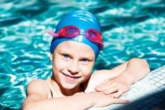 笑在游泳池的孩子 免版税图库摄影