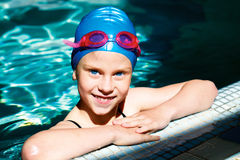 笑在游泳池的孩子 免版税库存图片