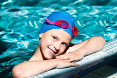 笑在游泳池的孩子 免版税库存照片