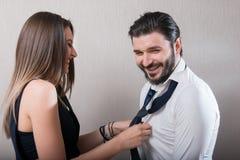 笑在灰色背景的美好的夫妇 库存图片