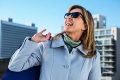 笑在镇里的妇女 免版税库存图片