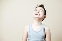 笑大声的男孩 免版税库存照片