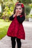 笑害羞,愉快,微笑的小孩的女婴嘻嘻笑和 库存图片