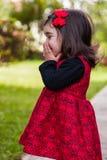 笑害羞,愉快,微笑的小孩的女婴嘻嘻笑和 免版税库存照片