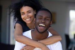 笑愉快的千福年的黑的夫妇有乐趣户外,画象 免版税图库摄影