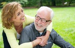 笑愉快的更旧的夫妇户外 免版税库存图片