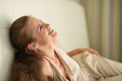 笑放置在长沙发的少妇纵向  库存图片