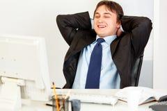 笑生意人的计算机查找监控程序 库存图片