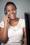 笑电话中心的代理谈话和 免版税图库摄影