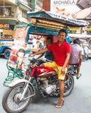 笑的乘客三轮车司机在马尼拉,菲律宾 免版税库存图片