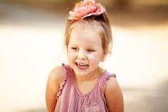 笑的女孩乐趣的特写镜头画象 免版税库存照片