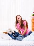 笑的女孩和一个她的兄弟 免版税库存图片