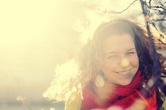 笑的女孩在阳光下 库存图片