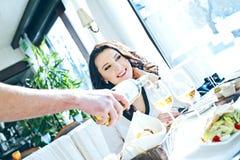 笑的女孩在餐馆 库存图片
