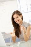 笑的女实业家在会议桌 图库摄影