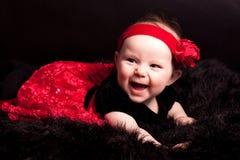 笑的女婴爬行 免版税库存图片