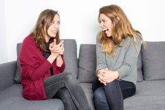 笑的妇女,当谈话时 免版税库存图片
