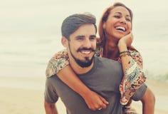 笑的嬉皮爱在葡萄酒夏天样式的夫妇 库存图片