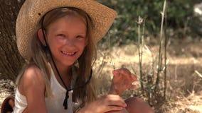笑的孩子使用由树的在橄榄色的果树园,愉快的女孩室外在夏天4K