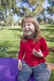 笑的孩子在使用与成人太阳镜的公园 免版税库存图片