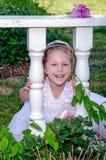 笑的小女孩在庭院里 库存图片
