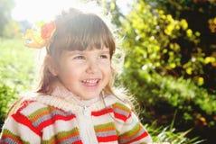 笑的小女孩户外在晴天 免版税库存照片