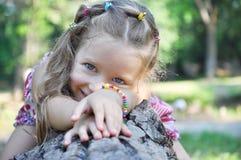 笑的小女孩有乐趣在公园和戏剧户外在公园 图库摄影