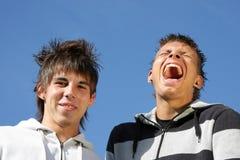 笑的微笑的少年 免版税库存照片