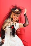 笑的新娘佩带的净手套和异常的帽子 免版税图库摄影