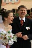 笑的新婚佳偶 免版税库存照片
