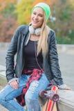 笑的时髦年轻都市妇女 图库摄影