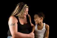 笑的母亲儿子一起 免版税库存照片