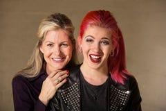 笑的母亲和女儿 库存照片