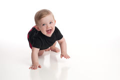 笑的男婴爬行和 库存图片