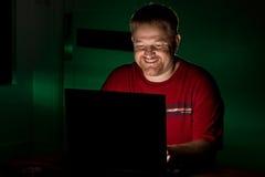 笑的笔记本用户 免版税库存照片