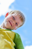 笑的足球男孩 图库摄影