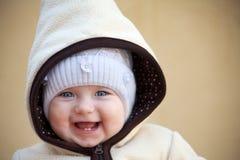 笑的逗人喜爱的女婴外面 免版税库存照片