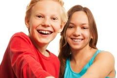 笑的青少年的男孩和女孩 免版税库存图片