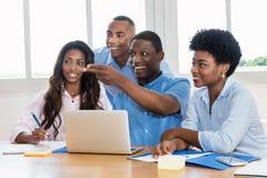笑的非裔美国人的businessteam在办公室 库存照片