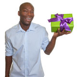 笑的非洲人提出一件礼物 库存图片