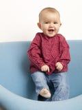 年轻嘻嘻笑的婴孩跳舞 库存图片