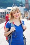 笑的年轻背包徒步旅行者在欧洲 免版税库存图片